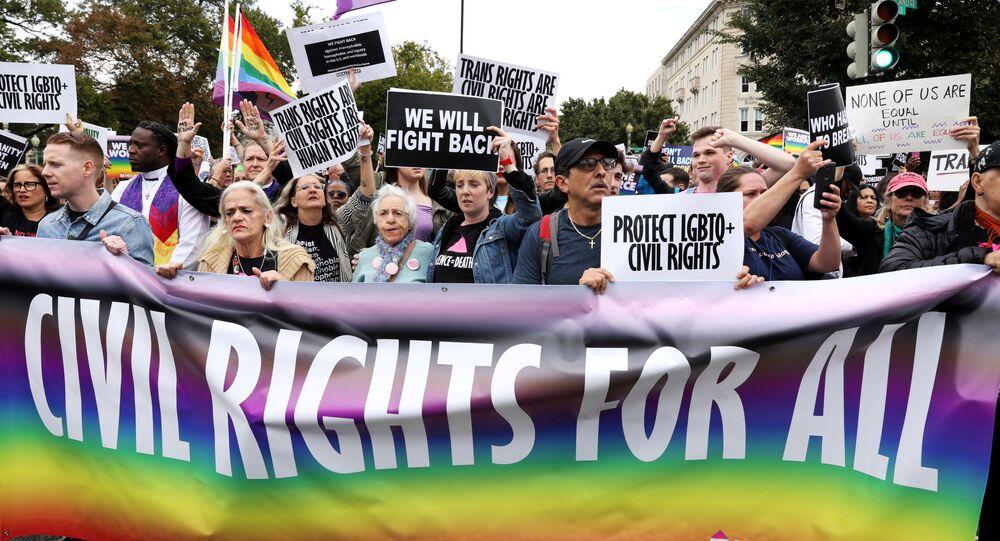 Ativistas e apoiadores LGBTQ bloqueiam a rua em frente à Suprema Corte dos EUA