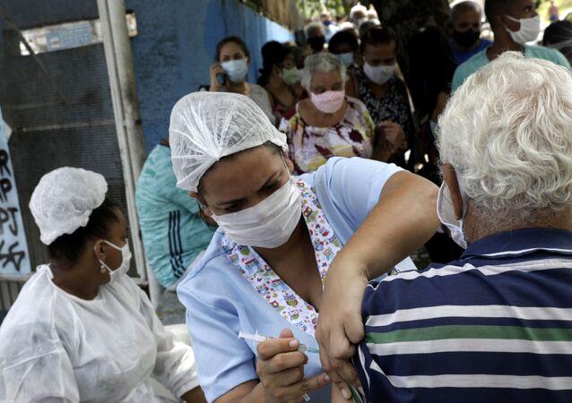 Enfermeira aplica dose da CoronaVac, vacina contra a COVID-19, em idoso em São Gonçalo, no Rio de Janeiro