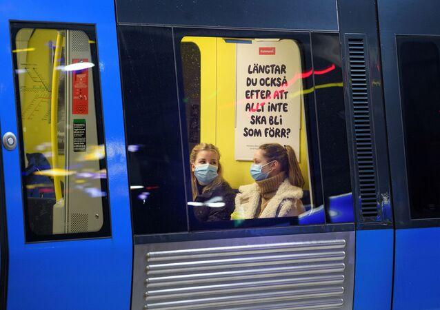 Passageiras usam máscaras de proteção a bordo de metrô, em meio à pandemia da doença do novo coronavírus (COVID-19), em Estocolmo, Suécia, 7 de janeiro de 2021
