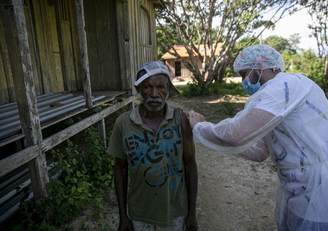 Agente de saúde vacina morador da comunidade quilombola Varre Vento contra a COVID-19, em Oriximiná, no Pará, em 6 de fevereiro de 2021