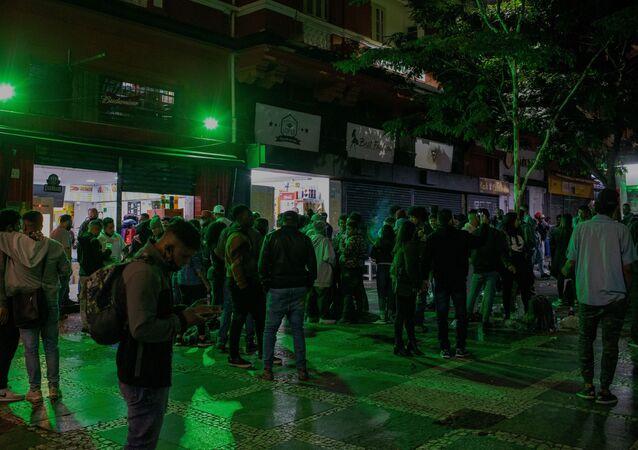 Jovens se aglomeram e bar da rua Dom José de Barros, na região da República, na região central de São Paulo