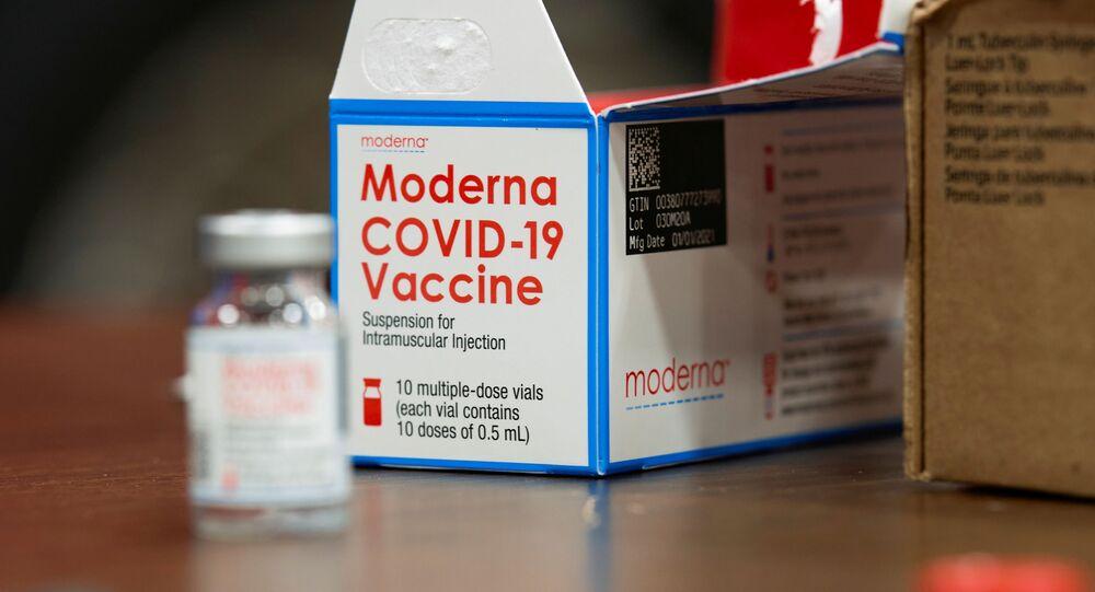 FOTO DE ARQUIVO: Visão detalhada de uma caixa de vacina Moderna contra a COVID-19 em um local de vacinação no Esports Stadium Arlington & Expo Center em Arlington, Texas, EUA, 12 de fevereiro de 2021