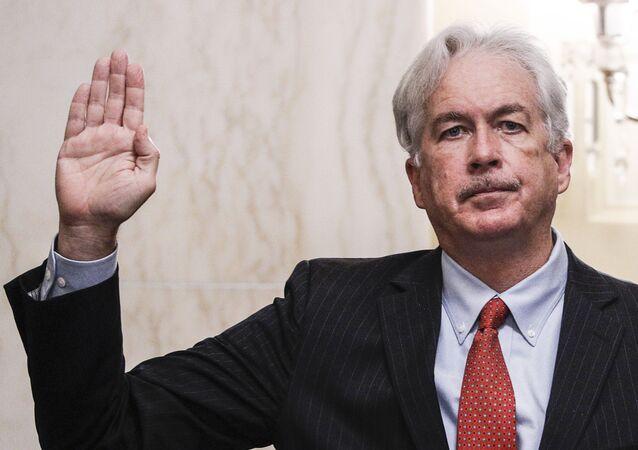 Em Washington, o ex-diplomata William Burns, indicado pelo presidente dos EUA, Joe Biden, para chefiar a CIA, faz seu juramento diante do Comitê de Inteligência do Senado norte-americano, em 24 de fevereiro de 2021