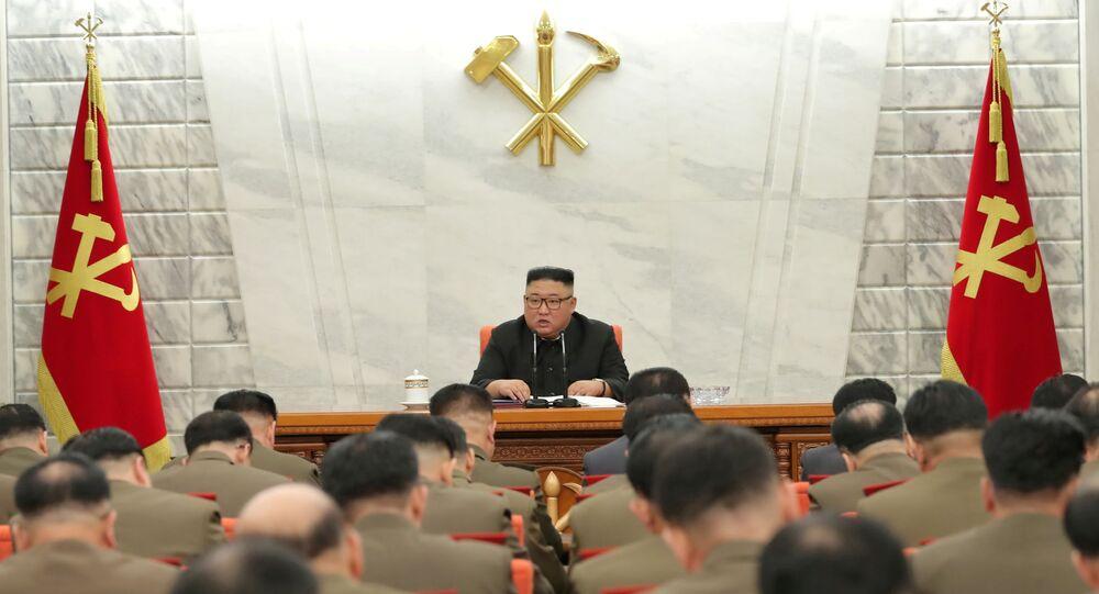 Líder norte-coreano, Kim Jong-un, preside a 8ª Reunião da Comissão Militar Central, em Pyongyang, Coreia do Norte, 24 de fevereiro de 2021