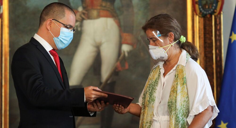 Ministro das Relações Exteriores da Venezuela, Jorge Arreaza, entrega documentos à representante da União Europeia em Caracas, Isabel Brilhante Pedrosa, em Caracas, Venezuela, 24 de fevereiro de 2021