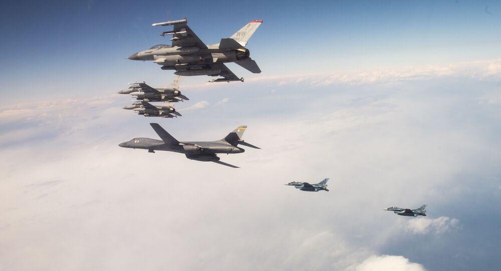 B-1B da Força Aérea dos EUA e F-16 do Japão, conduzindo treinamento bilateral combinado na costa do norte do Japão, 22 de abril de 2020
