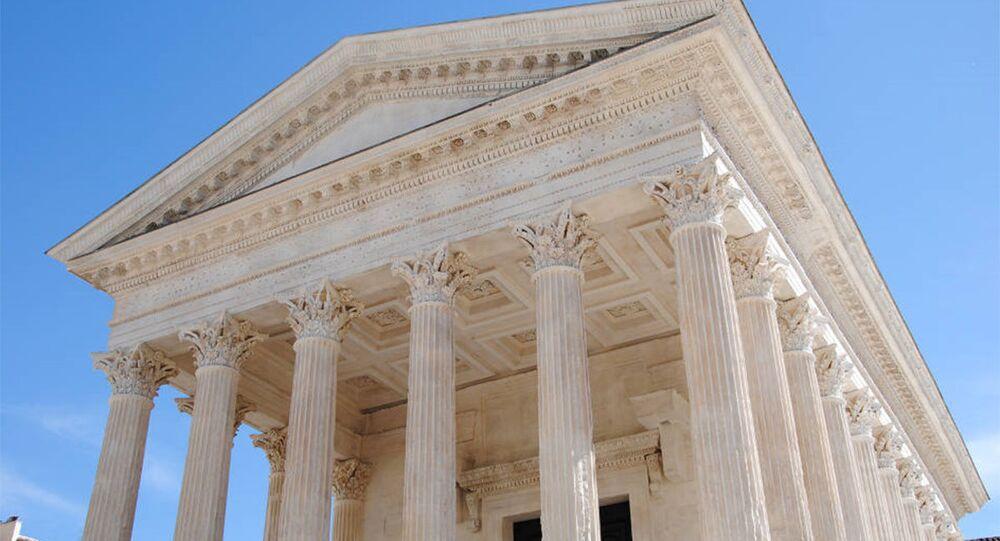 Templo romano pseudoperíptero Maison Carrée, em Nimes