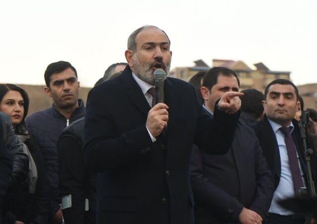 Premiê armênio, Nikol Pashinyan fala durante manifestação a seu favor em Erevan, Armênia