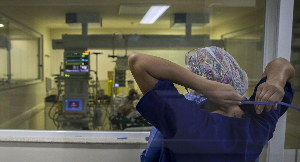 Movimentação de médicos e enfermeiros em UTI destinada a pacientes com COVID-19 em hospital de São Paulo