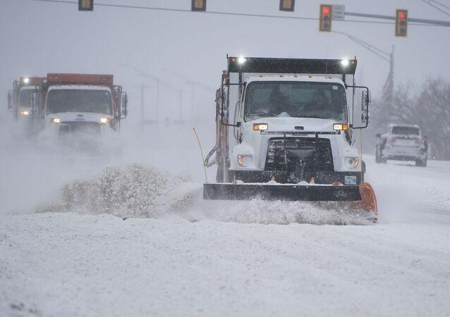 Tempestade de inverno atinge estradas em Oklahoma, na região central dos Estados Unidos