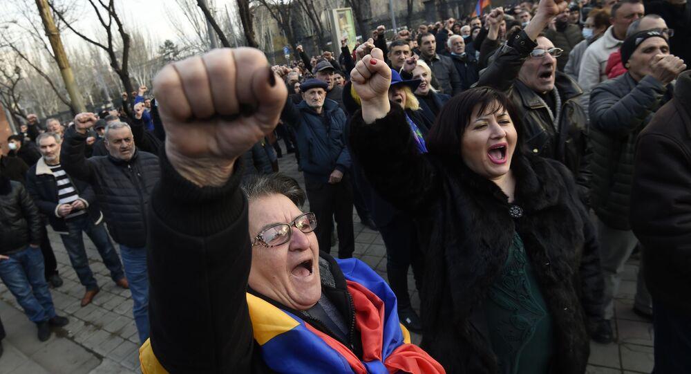 Armênios protestando a favor do premiê Nikol Pashinyan, em Erevan
