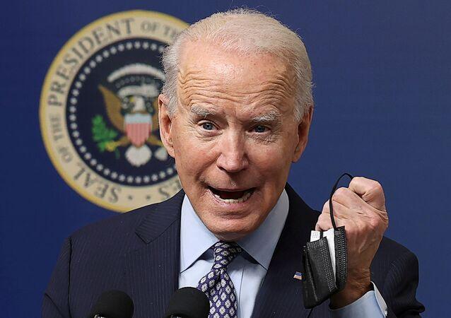 Presidente dos EUA, Joe Biden, mostra sua máscara durante evento sobre vacinação contra COVID-19 nos EUA, Washington, EUA, 25 de fevereiro de 2021