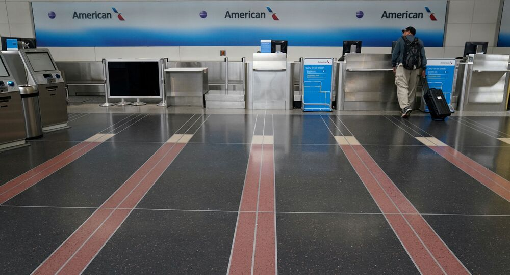 Cliente solitário procura assistência no Aeroporto Nacional Reagan em Washington, EUA, 29 de abril de 2020