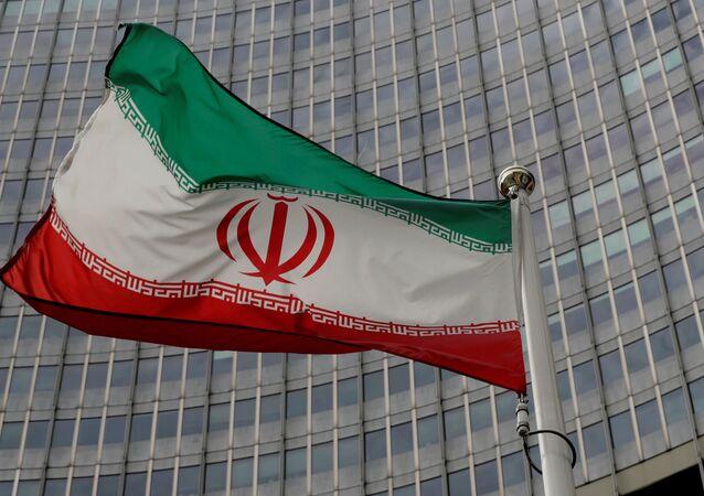 Bandeira do Irã em frente da sede da Agência Internacional de Energia Atômica (AIEA) em Viena, Áustria, 9 de setembro de 2019
