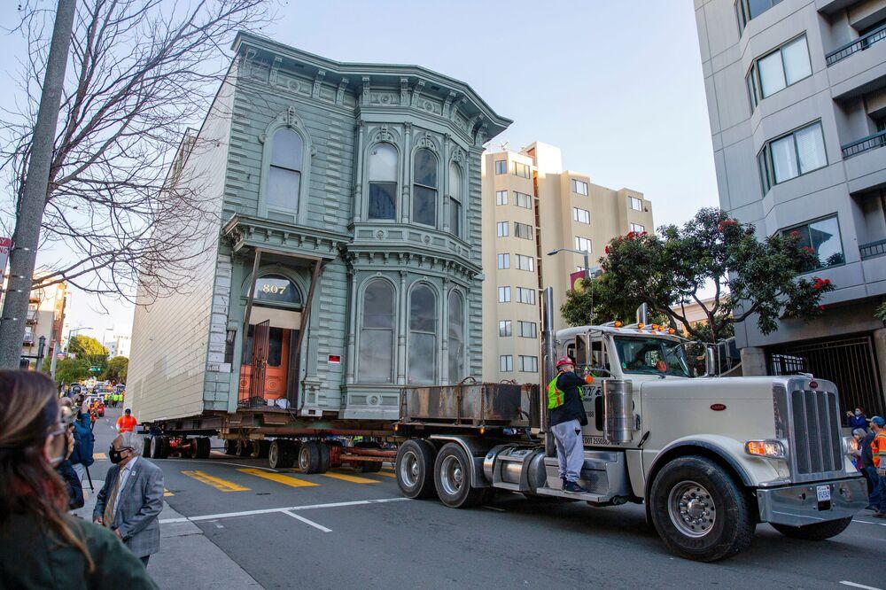 Caminhão transporta mansão vitoriana de 139 anos de antiguidade para nova morada em São Francisco, EUA, 21 de fevereiro de 2021