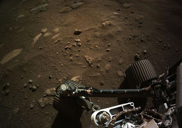 Imagem tirada da câmera de navegação do rover Perseverance em Marte, 24 de fevereiro de 2021