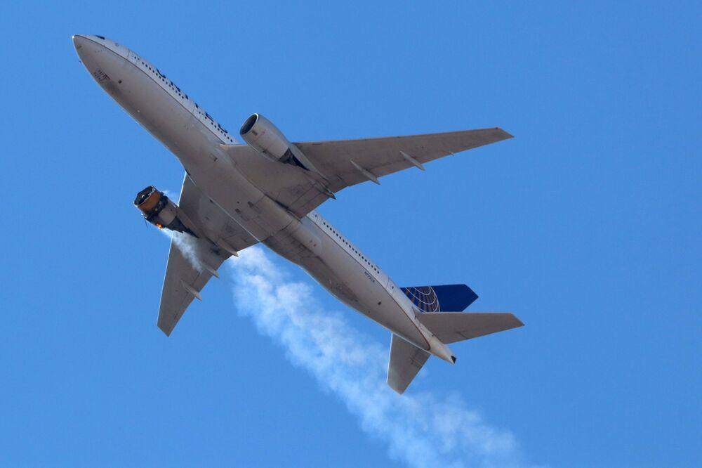 Avião Boeing 777 da companhia aérea United Airlines sobrevoando Denver, EUA, com motor em chamas, 20 de fevereiro de 2021