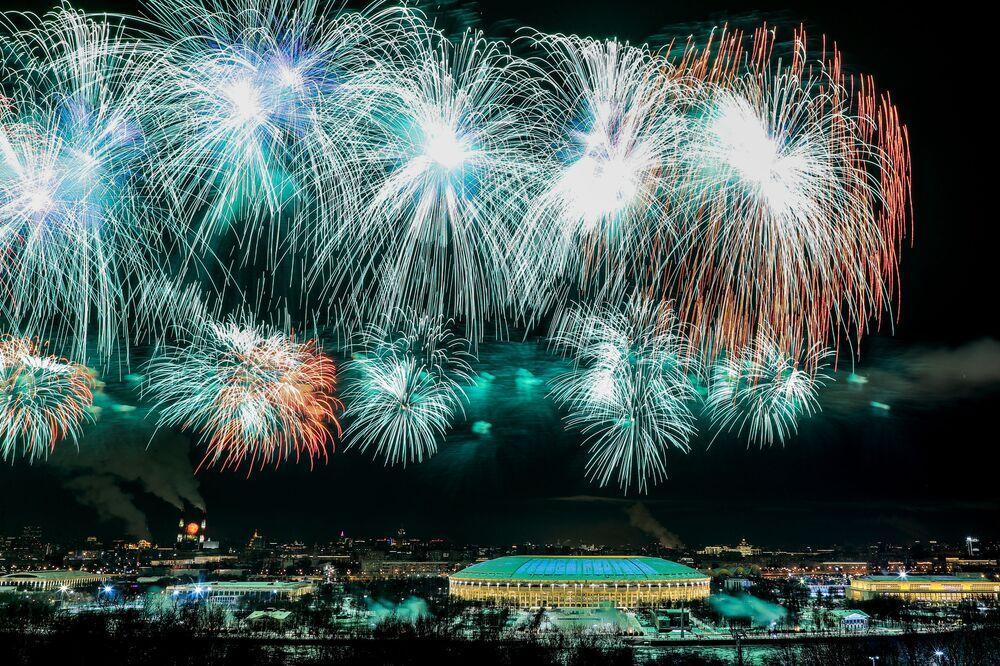 Fogos de artifício em homenagem ao Dia do Defensor da Pátria, Moscou, Rússia, 23 de fevereiro de 2021
