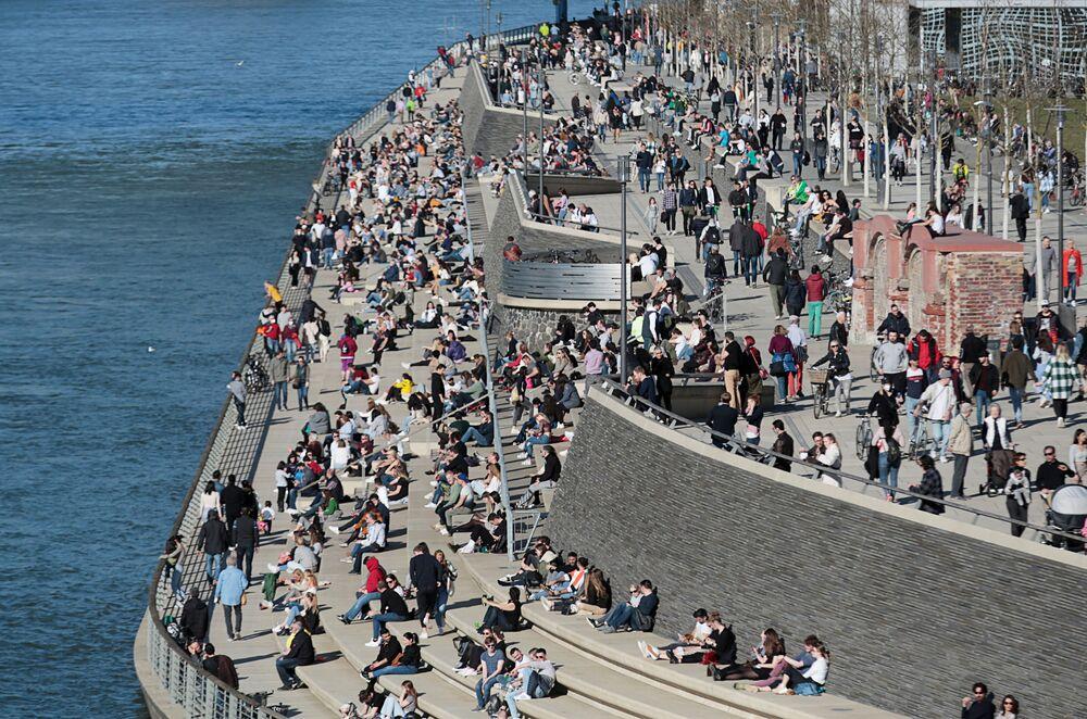 Pessoas na margem do rio em Colônia, Alemanha, 21 de fevereiro de 2021