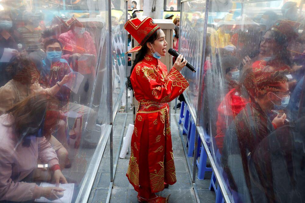 Mulher em traje de Deusa da Riqueza, Vietnã, 21 de fevereiro de 2021