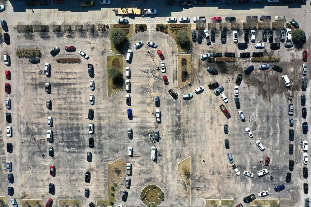 Vista aérea sobre fila de carros para obter água, Texas, EUA, 20 de fevereiro de 2021