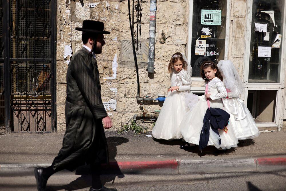 Meninas em trajes de cerimônia para marcar o próximo feriado judaico de Purim, Jerusalém, 24 de fevereiro de 2021
