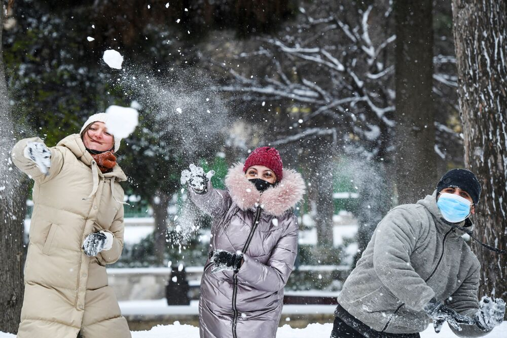 Pessoas jogando bolas de neve em Baku, Azerbaijão, durante nevasca