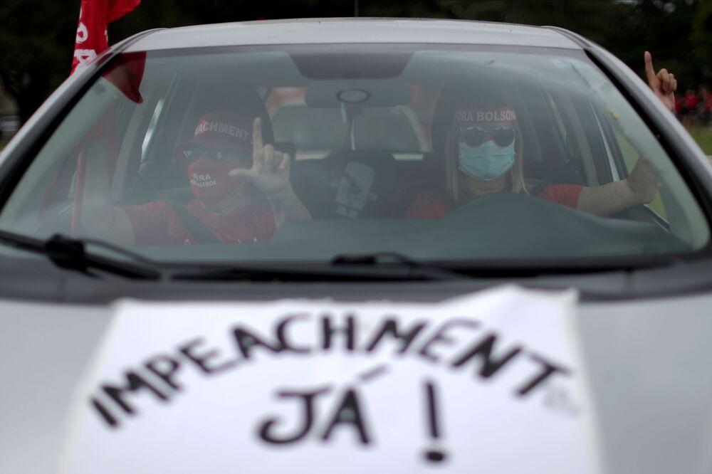 Mulheres participam de carreata demandando o impeachment do presidente do Brasil, Jair Bolsonaro, na cidade de Brasília, 21 de fevereiro de 2021
