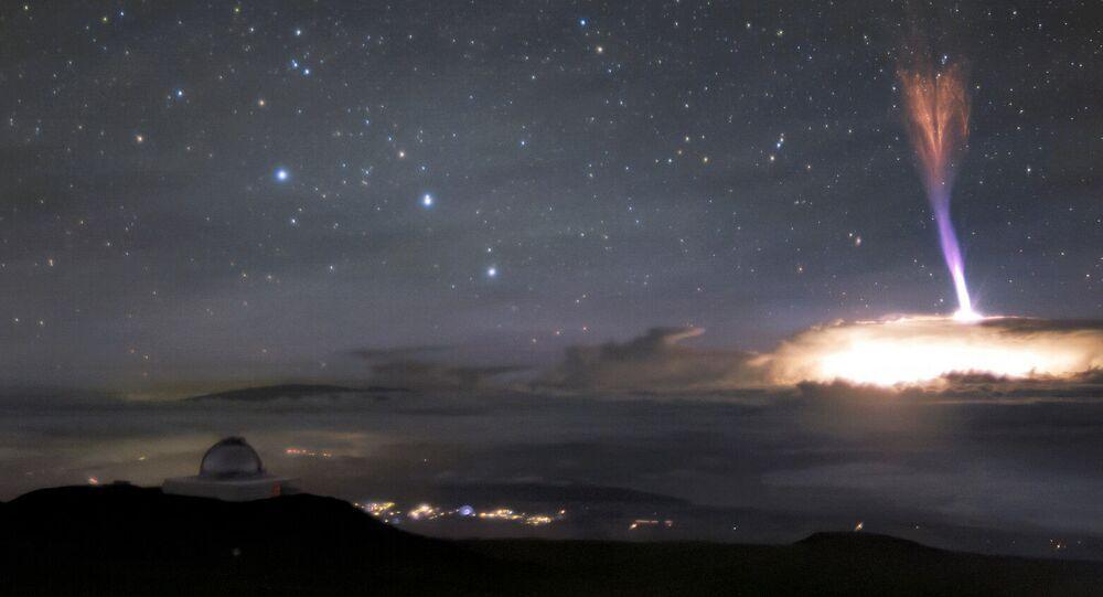 Fenômenos atmosféricos de sprite vermelho e de jato azul no céu de Havaí