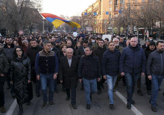 Em Erevan, capital da Armênia, manifestantes da oposição participam de protesto pedindo a renúncia do primeiro-ministro do país, Nikol Pashinyan, em 27 de fevereiro de 2021