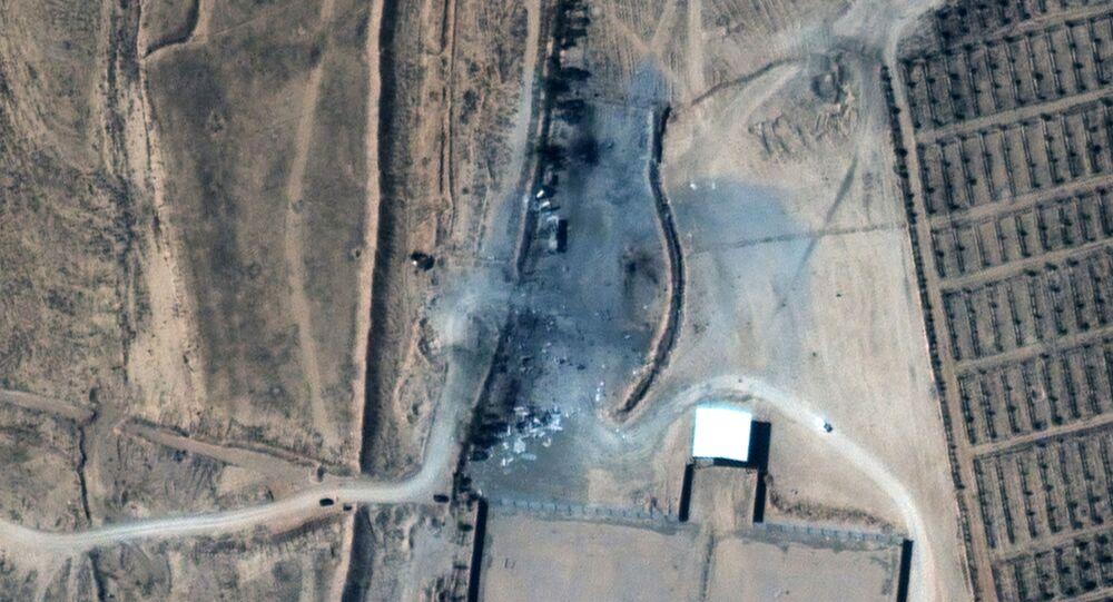 Imagem de satélite mostra os edifícios destruídos na Síria, perto da fronteira com o Iraque, na sequência dos ataques aéreos dos EUA realizados em 25 de fevereiro