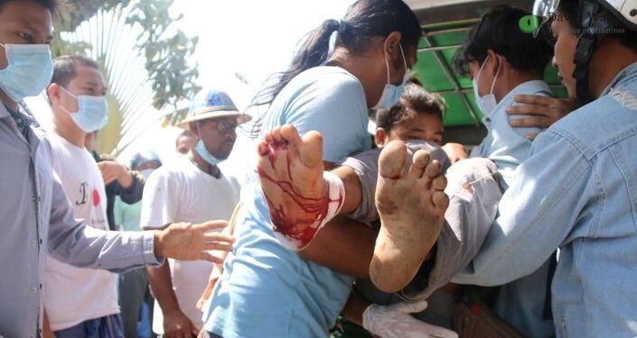 Manifestante ferido é carregado durante protesto na cidade de Dawei, em Mianmar.