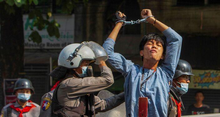 Manifestante é detida durante protestos contra o golpe militar em Yangon, Mianmar, 27 de fevereiro de 2021