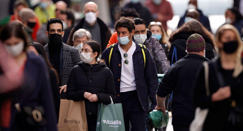 Pessoas usando máscaras de proteção em Paris, França, 25 de fevereiro de 2021