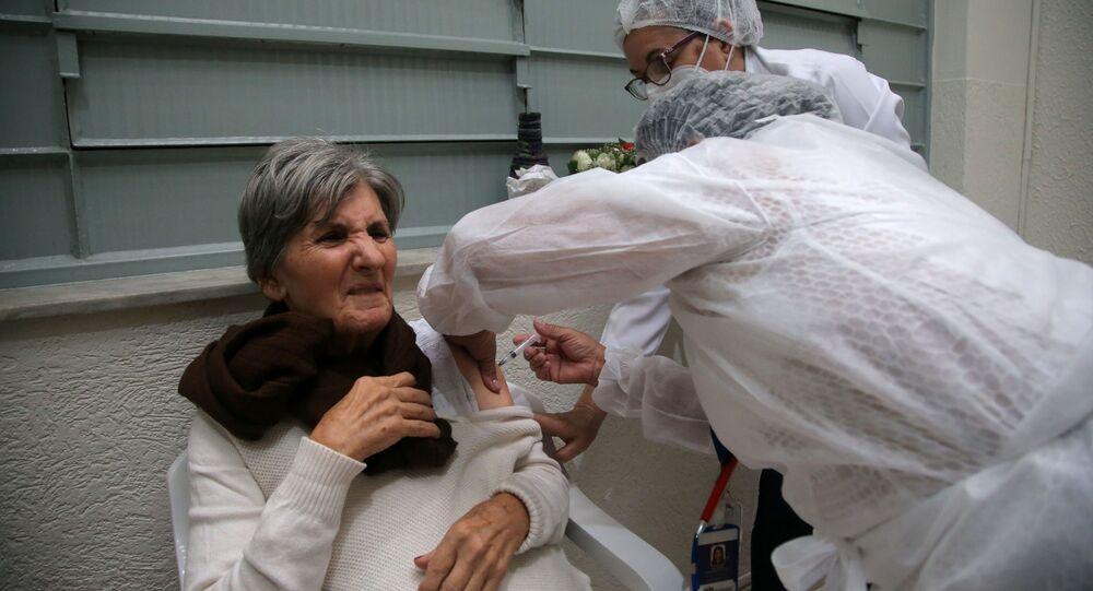 Idosa é vacinada contra a COVID-19 em Guarulhos, em São Paulo