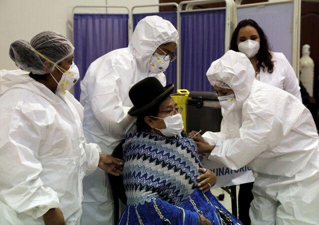 Mulher Aymara recebe dose de vacina contra o coronavírus em La Paz, na Bolívia