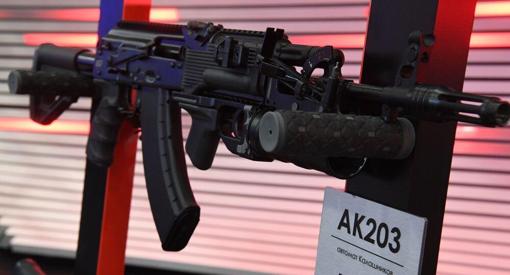 Fuzil AK-203 durante exposição em São Petersburgo, Rússia (foto de arquivo)