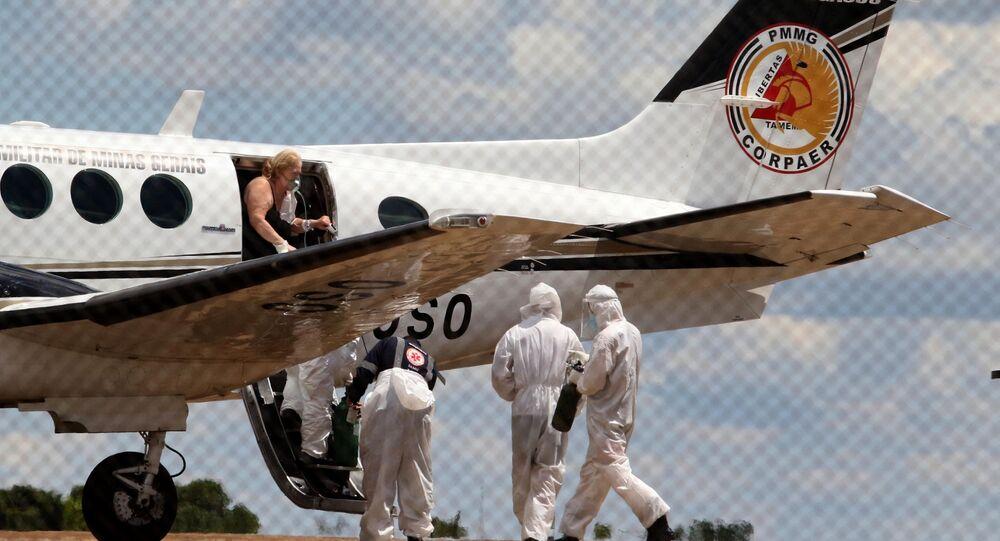 Pacientes com COVID-19 desembarcaram do avião Pégasus 16, da Polícia Militar de Minas Gerais, no aeroporto de Uberaba, no triângulo mineiro, e são encaminhados para hospital regional