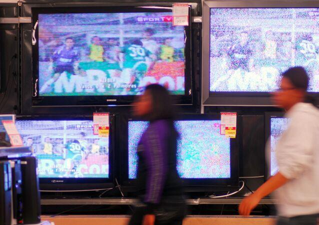 Consumidores passam em frente a uma loja do setor de eletrodomésticos em São Paulo (SP).
