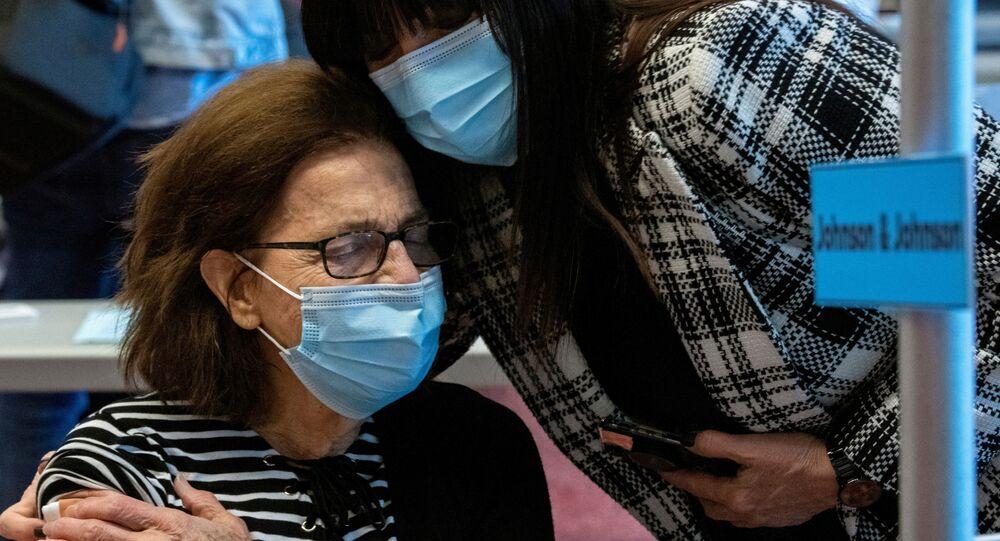 Senhora recebe vacina contra a COVID-19 da farmacêutica Johnson & Johnson em Ohio, EUA, 2 de março de 2021
