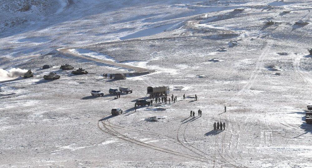 Foto mostra processo de retirada do Exército da Índia e Exército de Libertação Popular da China da área em disputa, região de Ladakh, 16 de fevereiro de 2021