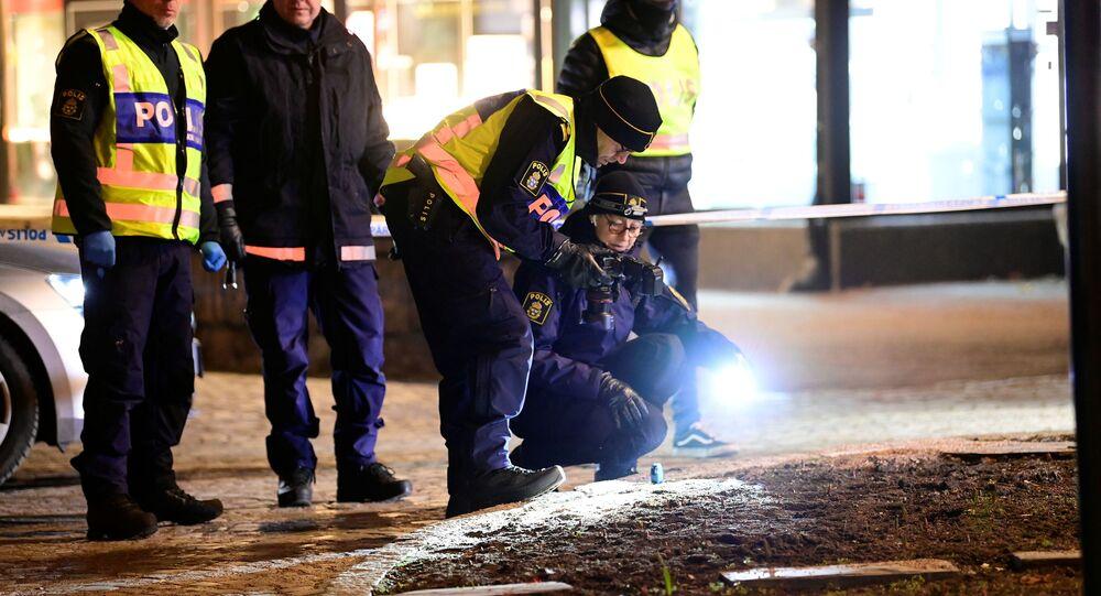 Membros da equipe forense da polícia trabalham em local de ataque com faca onde várias pessoas ficaram feridas em Vetlanda, Suécia, 3 de março de 2021.