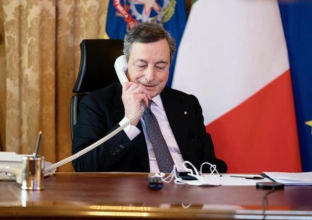 O primeiro-ministro da Itália, Mario Draghi, fala por telefone com Ursula von der Leyen, presidente da Comissão Europeia no dia 3 de março de 2021.