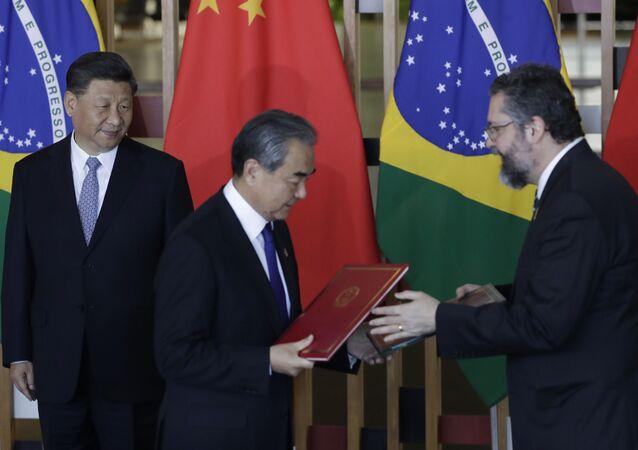 Presidente chinês, Xi Jinping, observa os chanceleres Ernesto Araújo e Wang Yi durante cúpula do BRICS, no Itamaraty, em Brasília