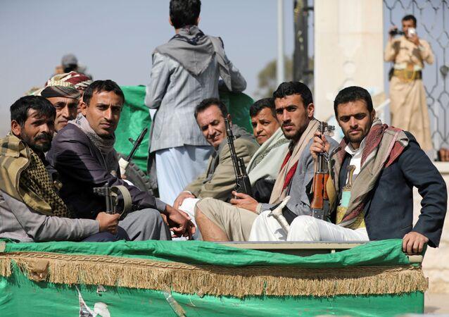 Rebeldes houthis em um caminhão em Sanaa, Iêmen, 20 de fevereiro de 2021