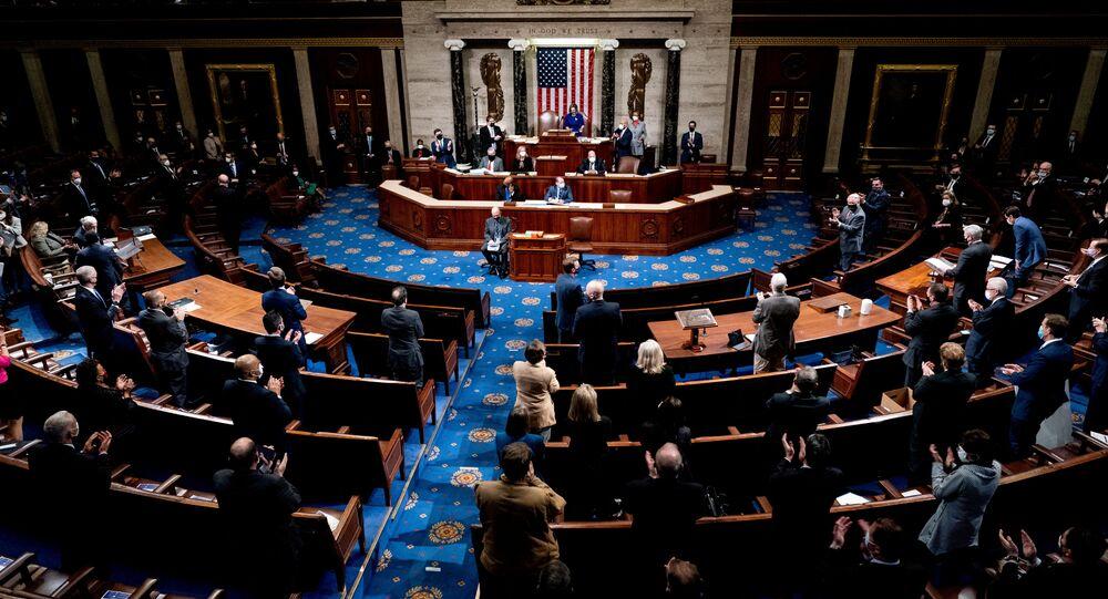 Membros da Câmara dos Representantes norte-americana aplaudem durante sessão em Washington, EUA, 6 de janeiro de 2021