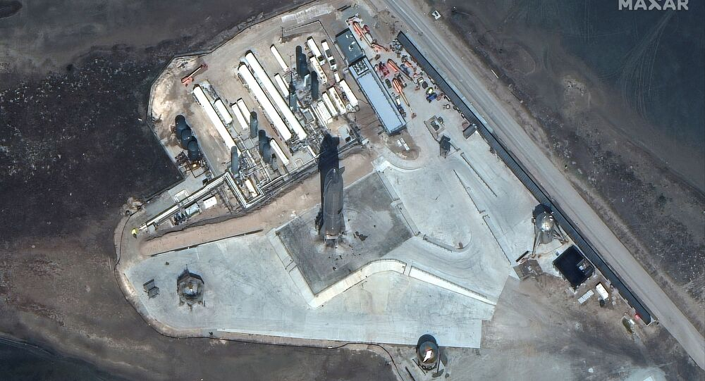 Foto de satélite mostra foguete Starship SN10 com instalações durante lançamento, 3 de março de 2021