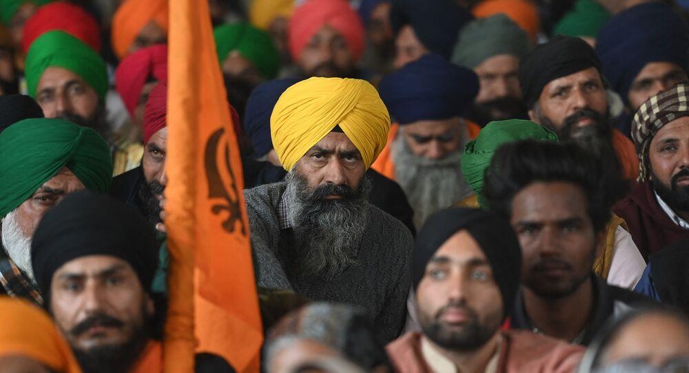 Fazendeiros ouvem orador durante protestos contra novas leis agrícolas do governo, na cidade de Singhu, Índia, 27 de janeiro de 2021