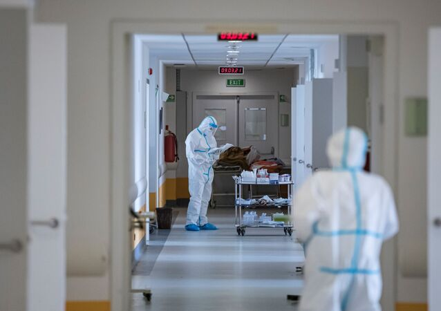 Profissionais de saúde na unidade de terapia intensiva em hospital onde se tratam pacientes infectados pela COVID-19, Sérvia, 3 de março de 2021