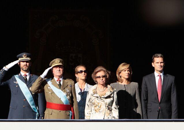 A princesa Letizia Ortiz, o príncipe Felipe da Espanha, o rei Juan Carlos da Espanha, a princesa Elena, a rainha Sofia, a princesa Cristina e seu marido Inaki Urdangarin, a partir da esquerda, assistem a um desfile militar em Madri.